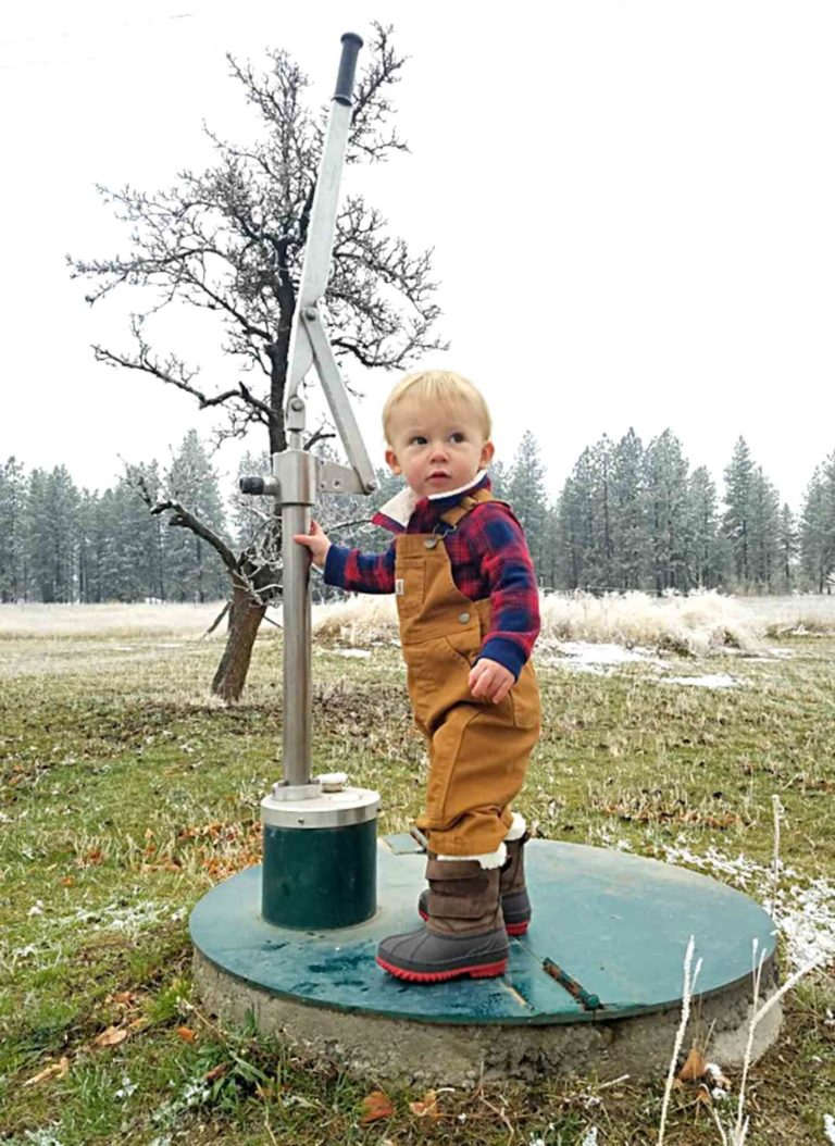 Simple Pump Customer Installation Deep Well Hand Pump with Toddler